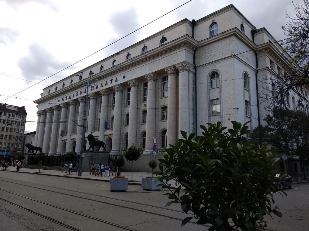 El palacio de Justicia en la ciudad de Sofia. En la entrada, las estatuas de los leones