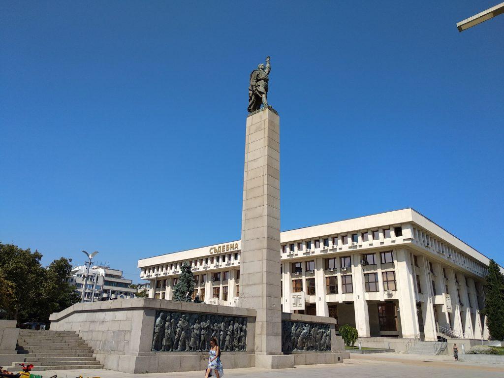 Monumento Alyosha y detrás el palacio de Justicia