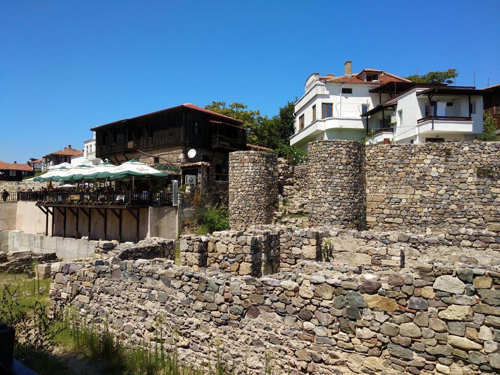 Antiguos restos de la muralla de Nesebar