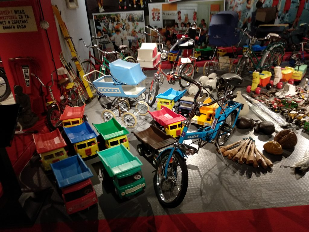 Juguetes: Bicicletas, camiones de plástico, etc